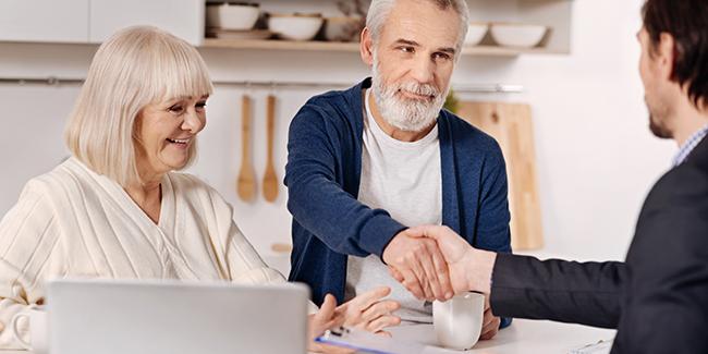 Courtier en assurance de prêt immobilier senior de plus de 60 ans